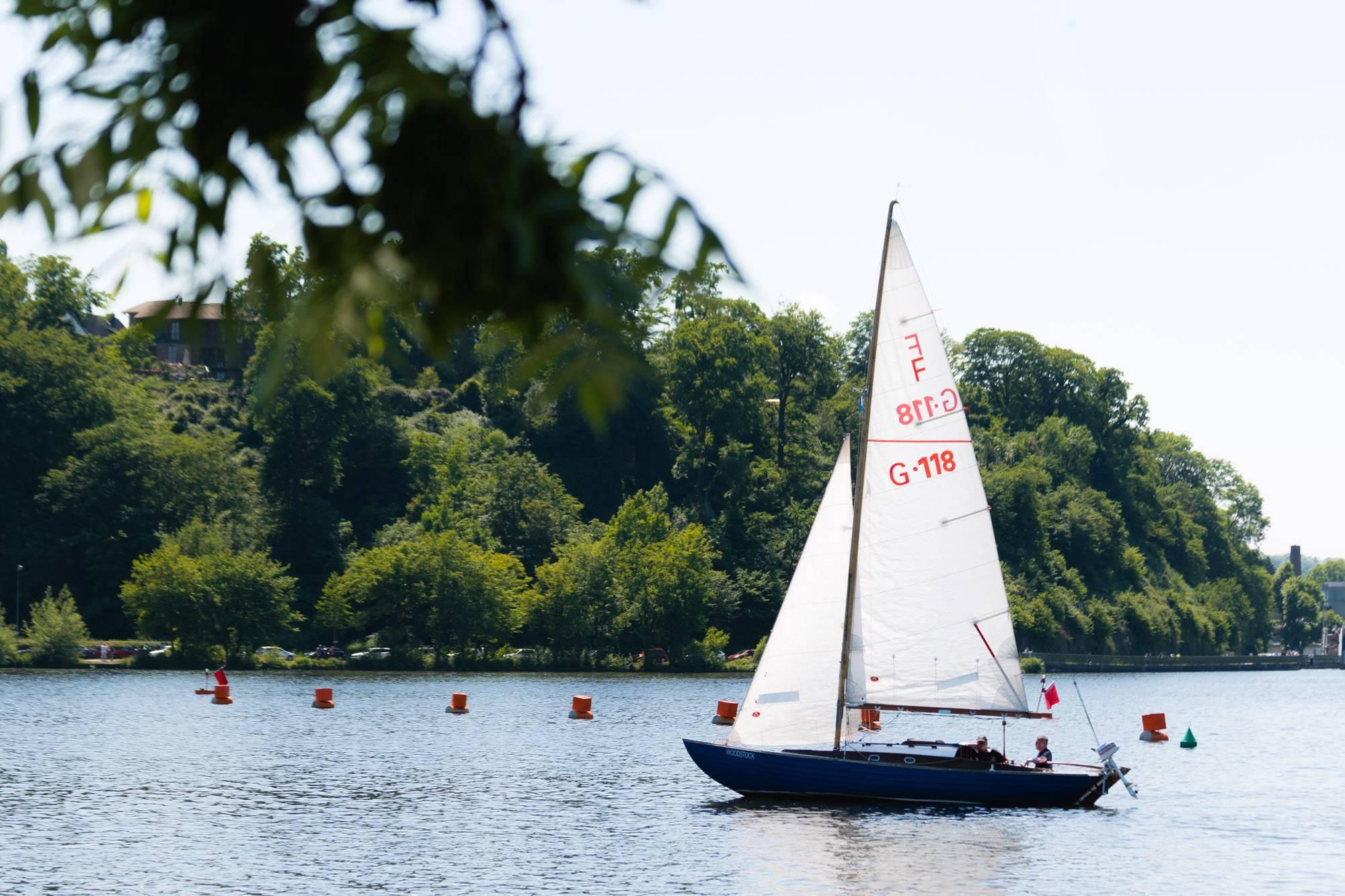 Segelboot auf der Ruhr